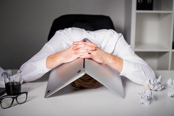 Burnout-Therapie in Rosenheim - Mann mit Laptop über Kopf