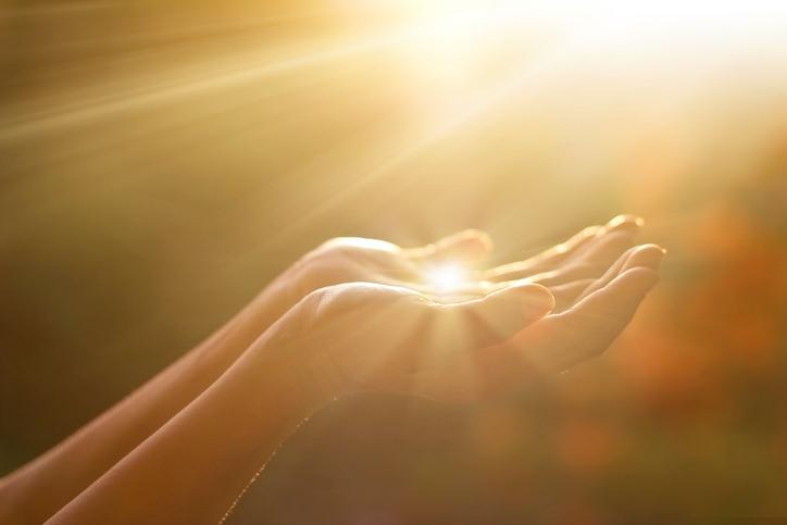 Microkinesi Hände in Sonne Praxis für Haut und Stoffwechselerkrankungen